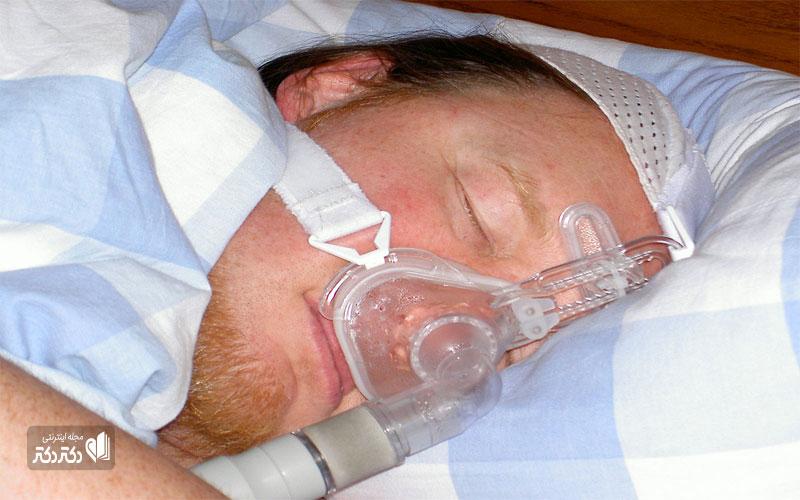 یک بیمار که از دستگاه CPAP استفاده می کند
