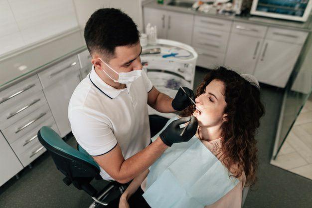 بررسی دندانها توسط دندانپزشک برای جراحی تعویض مفصل ران