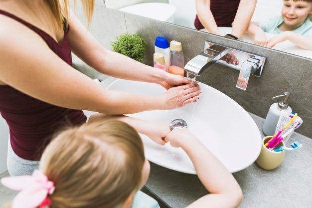 راهنمای مراقبت از کودک بیمار- شستن دست کودک